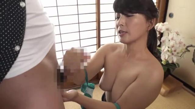【美魔女】若い男の未熟なチンポを手コキでイカせまくるフィンガーテクニック