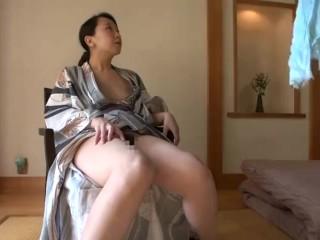 【不倫旅行】温泉で人妻2人が入り乱れての乱交SEX